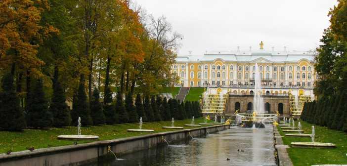Центральной доминантой Петергофа является Большой дворец