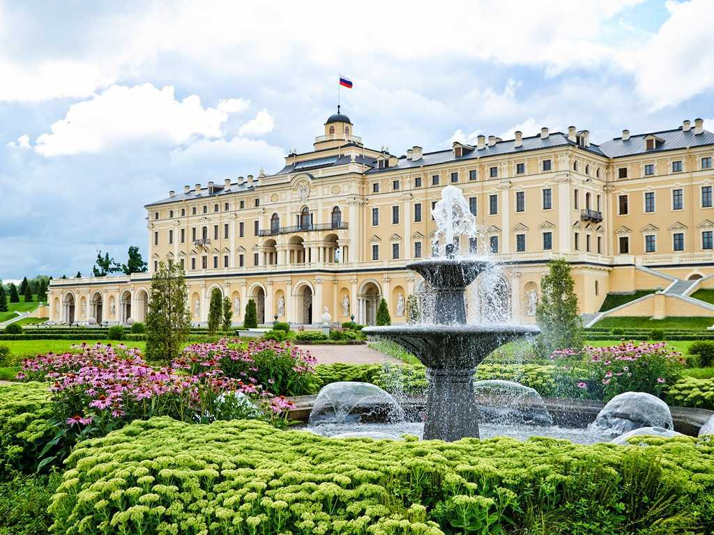 Константиновский дворец: «Век нынешний и век минувший»