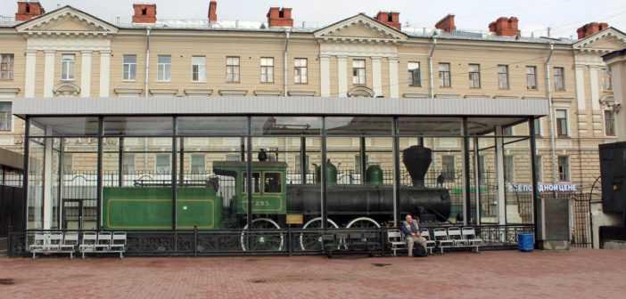 Финский паровоз Н2-293 в здании Финляндского вокзала