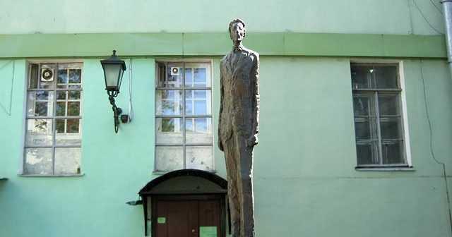 Первые памятник Блоку