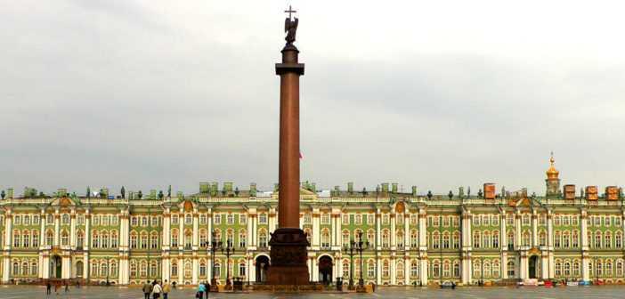Александрийский столп в центре Дворцовой площади