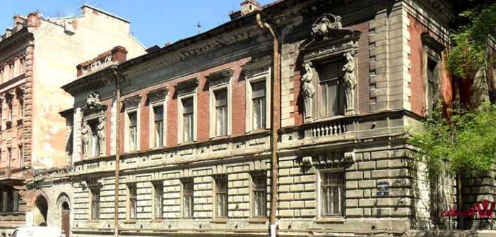 Английский коттедж был императорским гаражом
