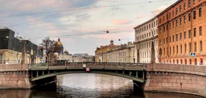 Поцелуев мост был назван от купца Поцелуева