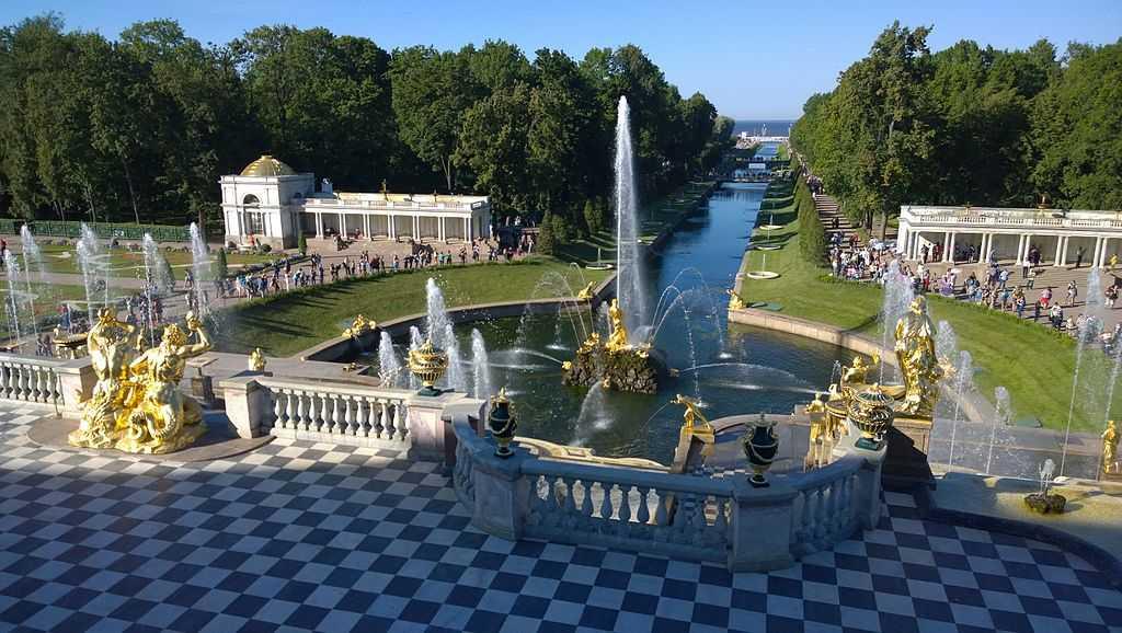Аллея фонтанов вПетергофе